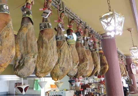 Jamones ibéricos colgado del Bar Casa EL CATETO